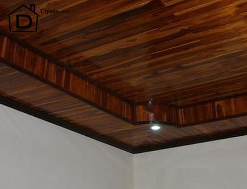Потолок из дерева в квартире.